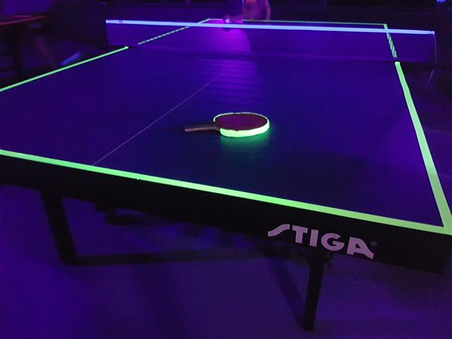 Blacklight tafeltennissen!